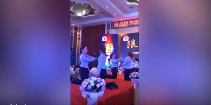 مدير يذلّ موظفاته خلال حفل الشركة السنوي