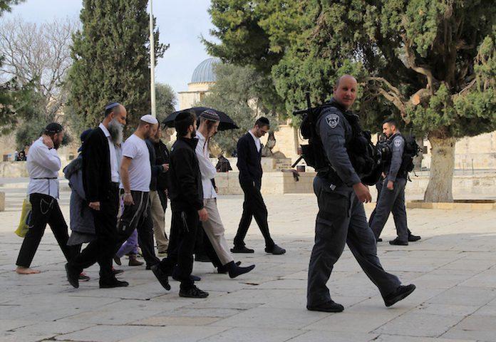 مستوطنون يؤدون طقوسا تلمودية على باب الرحمة في القدس