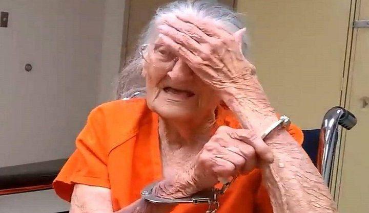 اعتقال مسنة أمريكية وتقييدها بالسلاسل في عيد ميلادها 94