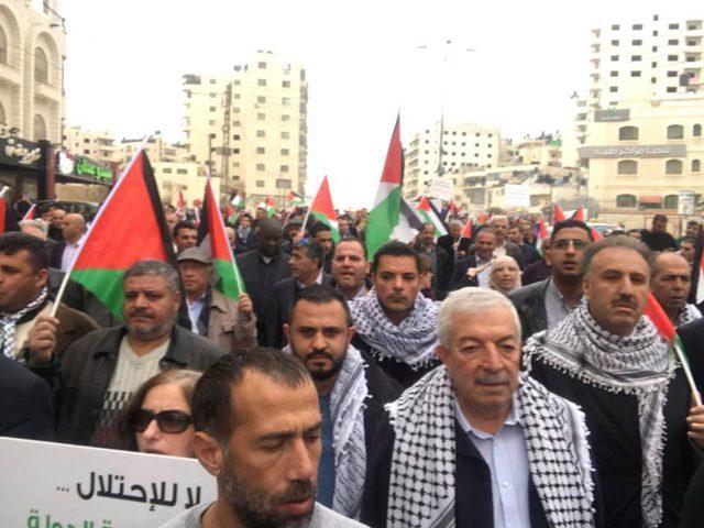 بالصور: عائلات قادة فتح تتقدم في مسيرات الغضب نصرة للقدس