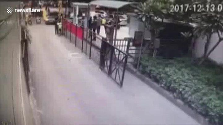 بالفيديو:طفل علق رأسه بين قضبان بوابة حديدية... الحادثة لم تنته هنا!