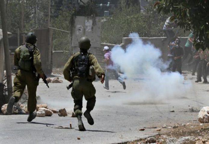 إصابات بالاختناق في الخليل وبلدتي بيت امر وسعير ومخيم العروب