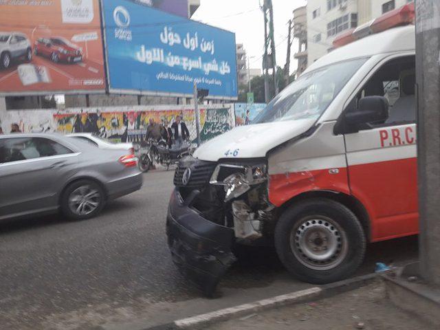 إصابة 5 مواطنين بحادث تصادم بين إسعاف ومركبتين