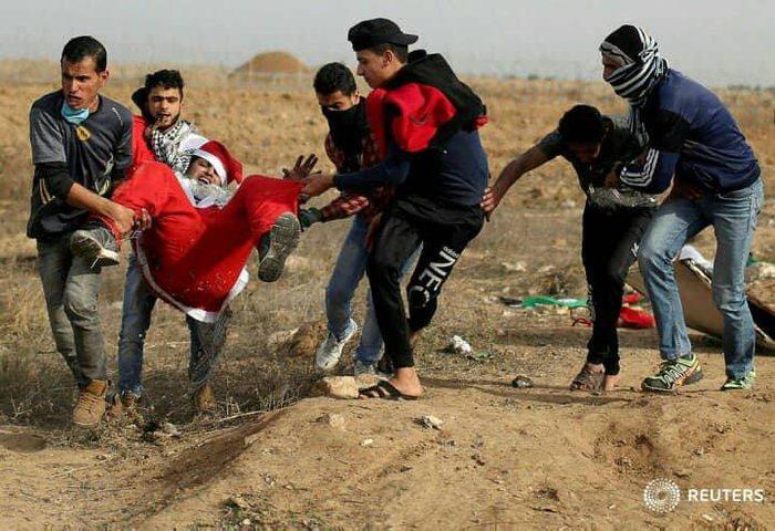 """الإحتلال يستهدف بالرصاص الحي رسول السلام """"بابا نويل"""" على حدود غزة"""