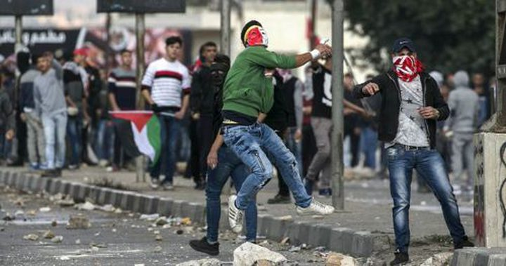 اصابتان وعشرات حالات الاختناق في مواجهات مع الاحتلال في محافظة سلفيت