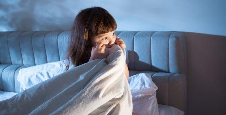 كيف تساعدين طفلك على تخطي مخاوفه عند النوم؟