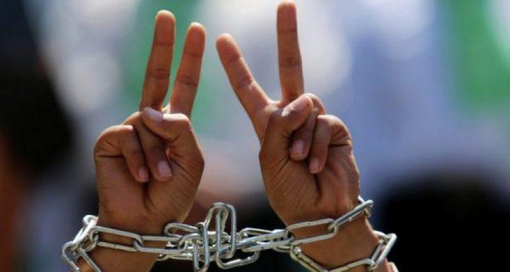 أسير يرفض الابعاد ويشرع بإضراب مفتوح عن الطعام