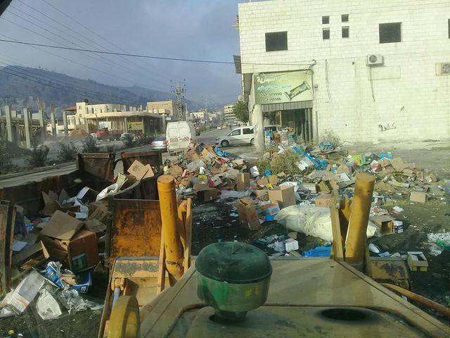 بلدية نابلس تبذل جهودها لتحسين واقع النظافة في المدينة (صور)