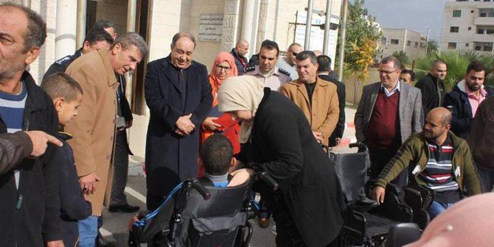 غنام تقدم كرسيين كهربائيين لمواطنين من ذوي الاحتياجات الخاصة