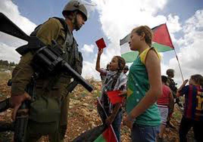صحافي اجنبي ينسى أنه يحاور فتاتين فلسطينيتين أحداهن أصغر صحافية