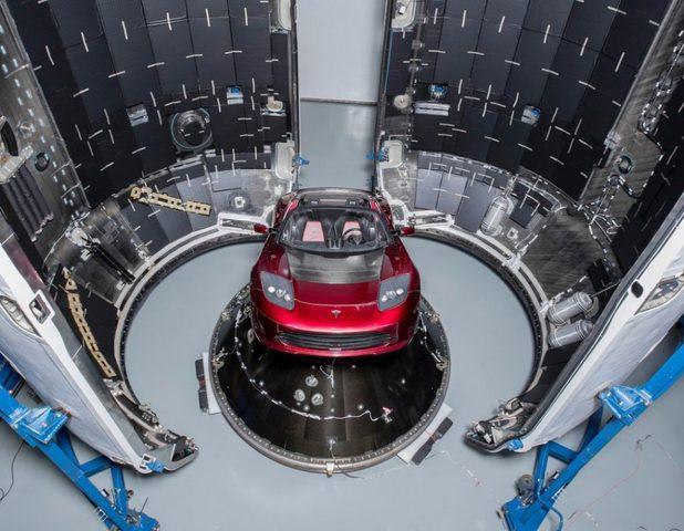 """سيارة تسلا """"Tesla Roadster"""" إلى المريخ"""