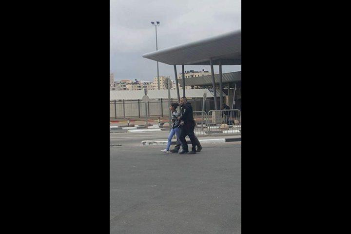 الاحتلال يعتقل فتاة بزعم التخطيط لتنفيذ عملية