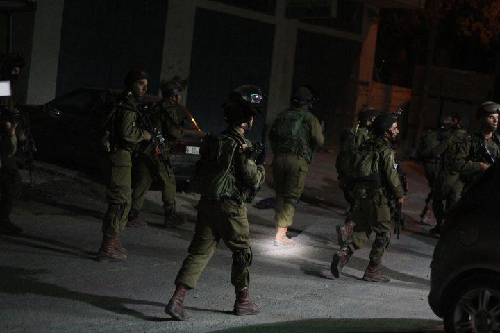 قوات الاحتلال تقتحم  العديد من المواقع وتعتقل مواطنين وتصادر أموالا