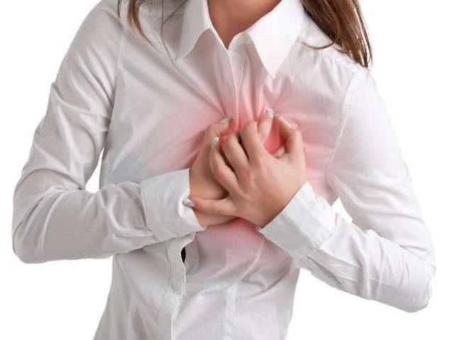 أعراض الأزمة القلبية عند الرجل عن المرأة