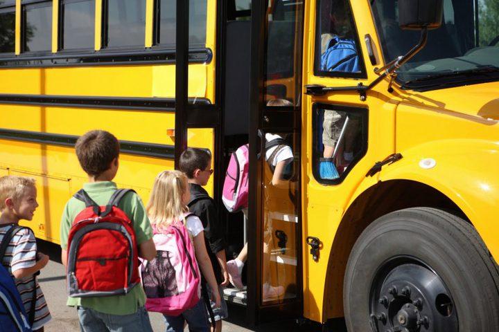 ضبط حافلة مدرسية بحمولة زائدة وسائق بلا رخصة حافلة في نابلس
