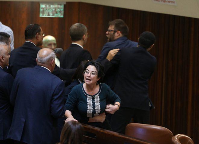 صور.. عراك في الكنيست بين النائبة زعبي وحازان (صور)