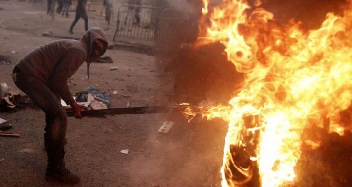 الإحتلال يزعُم أن فلسطينيين رشقوا سيارة للمستوطنين بالزجاجات الحارقة قرب رام الله