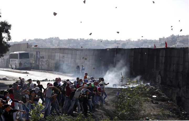 شبان ينجحون في هدم جزء من الجدار العازل في أبو ديس