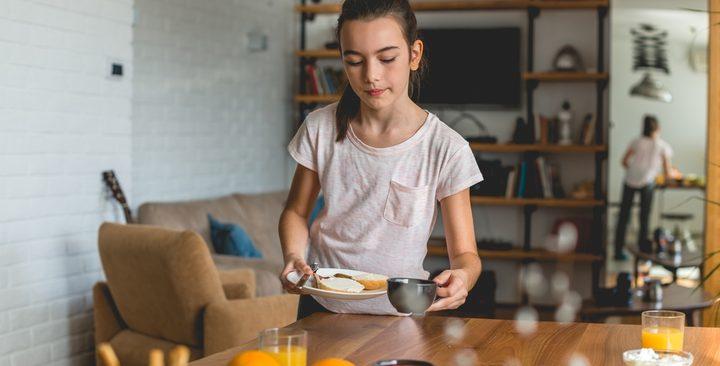 مشاركة الطفل أعمالِك المنزلية تزيد فرص نجاحه مهنياً عندما يكبر