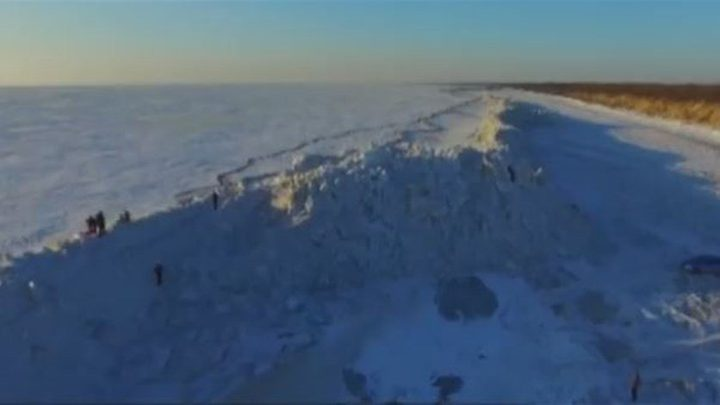 بالفيديو: جدار جليدي نادر فصَلَ بين دولتين!