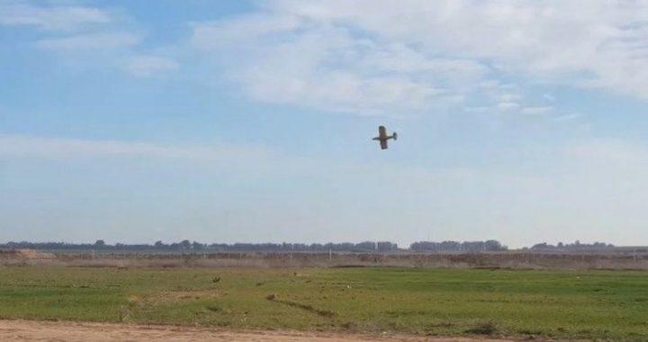 طائرات الاحتلال ترش مواد كيميائية على أراضي المواطنين شرق غزة