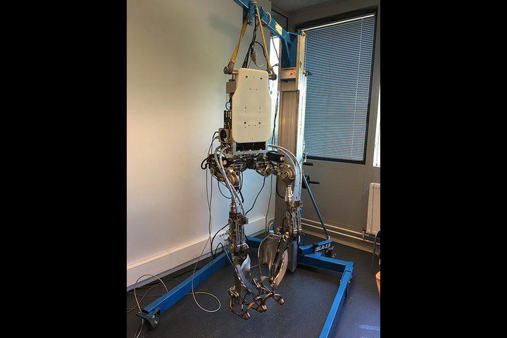 هيكل روبوتي لإعادة تأهيل مرضى الجلطة الدماغية