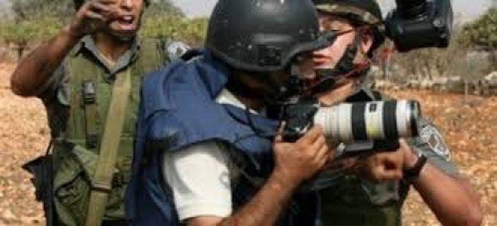 الاحتلال يحتجز طاقم تلفزيون فلسطين