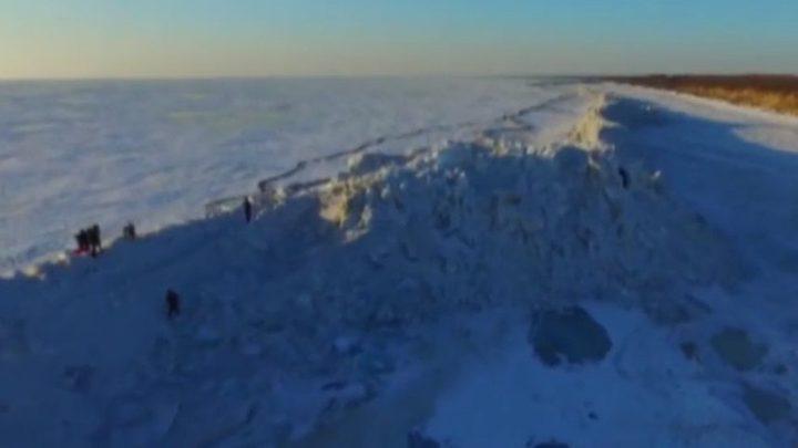 جدار جليدي نادر يفصل بين دولتين!