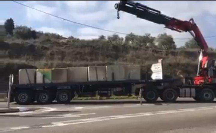 الاحتلال يضع مكعبات إسمنتية في موقع مقتل المستوطن (فيديو)