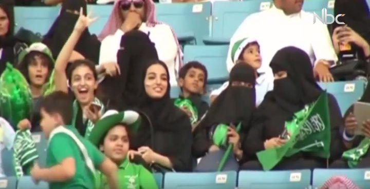 """أماكن خاصة ب""""تدخين النساء"""" في الملاعب تثير جدلا بالسعودية (فيديو)"""