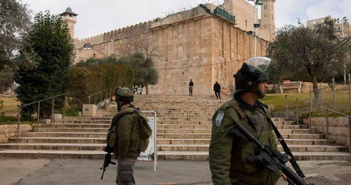 الخليل: الاحتلال يحتجز ثلاثة شقيقات بزعم حيازتهم سكينًا
