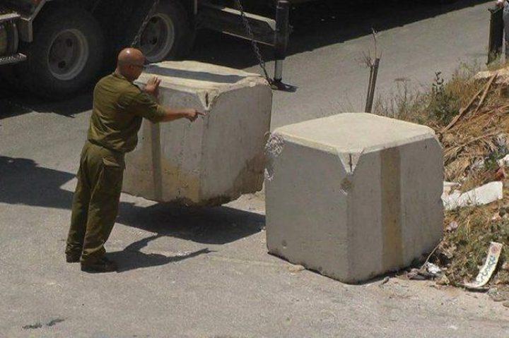 قوات الاحتلال تغلق طرقاً بالمكعبات الاسمنتية