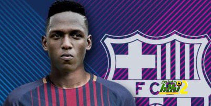 """مدافع برشلونة الجديد """"يسرق"""" تجهيزات مصور"""