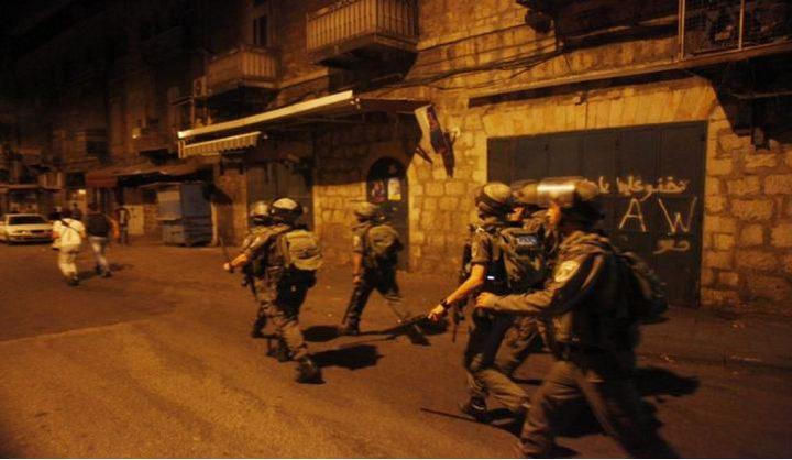 الاحتلال يعتقل 5 مواطنين من عائلة واحدة ويستولي على مبالغ مالية