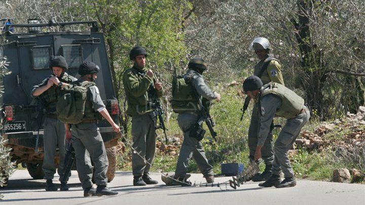 قوات الاحتلال تعتلي سطح إحدى البنايات في علار
