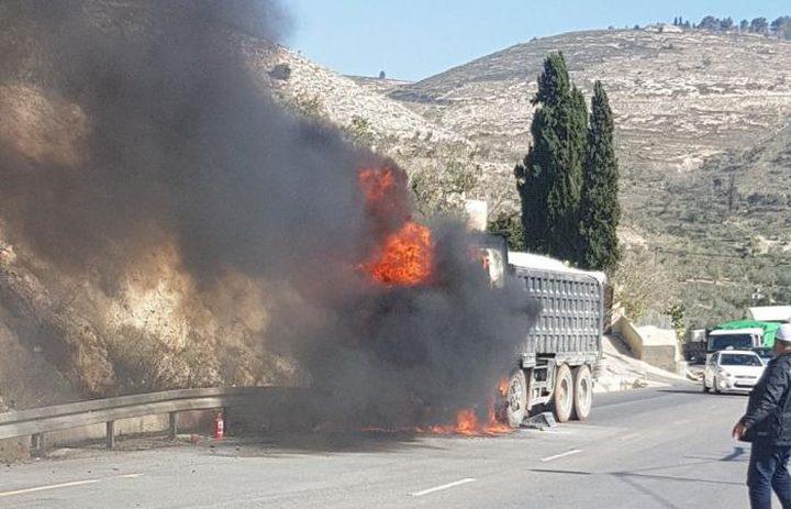 إخماد حريق اندلع في مركبة شحن شمال نابلس (صور)
