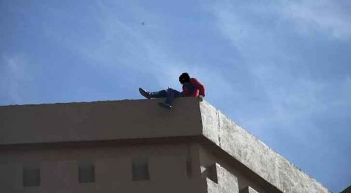 شاب يحاول الإنتحار من سطح بناية