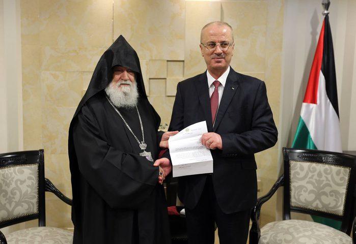 الحمد الله يتسلم دعوة لحضور قداس منتصف الليل لعيد الميلاد حسب التقويم الأرمني