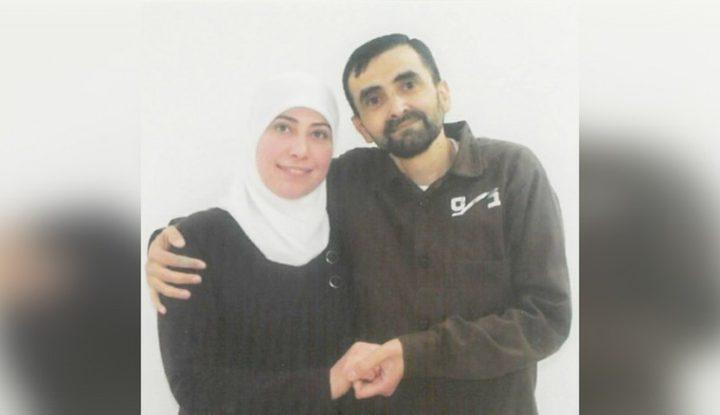 للمرة الأولى منذ 3 سنوات..زوجة أسير من نابلس تظفر بصورة مع زوجها