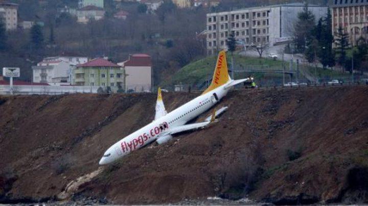 بالفيديو: طائرة تنحرف عن مدرج مطار بشكل خطير