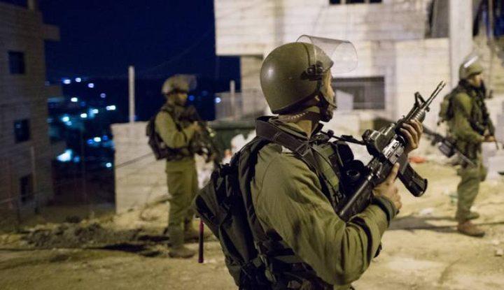 اعتقال 15 مواطنا في عدة مناطق بالضفة