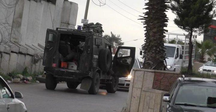 الاحتلال يداهم محلات تجارية ومنازل ويصادر أجهزة مراقبة في مركة جنوب جنين