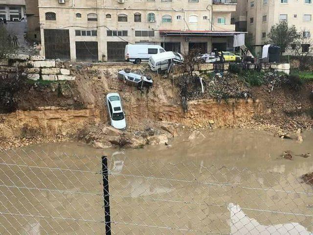 بسبب الطقس.. انهيار شارع بالخليل