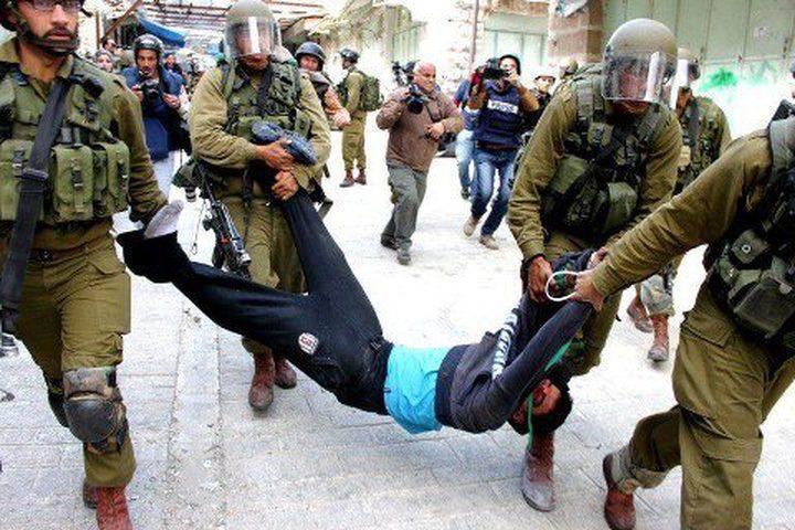 قوات الاحتلال تعتدي على شاب وثلاثة فتية أثناء اعتقالهم