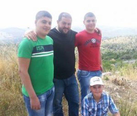 الاحتلال يبعد أربعة أقارب عن مكان سكنهم ويُمدّد اعتقال 6 مواطنين