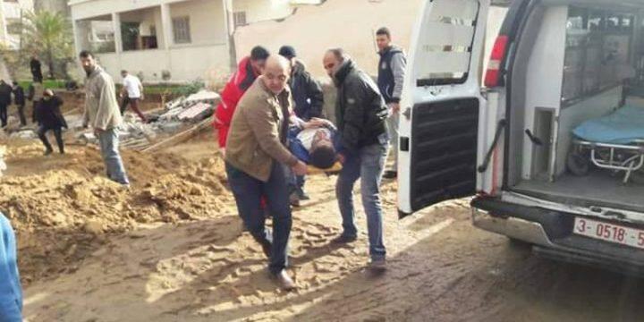 اصابات جراء انهيار حائط على عمال في غزة