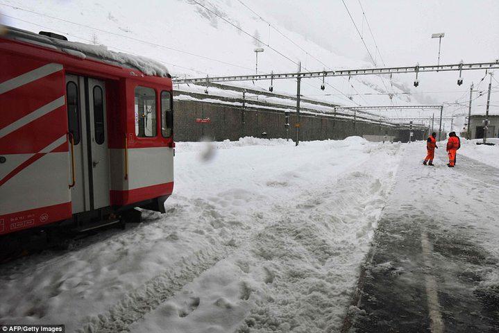 الثلوج تحتجز مئات المسافرين في اليابان
