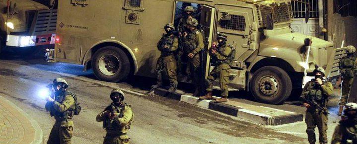 الاحتلال يستدعي أسيراً محرراً ويفتش منزل أحد المعتقلين