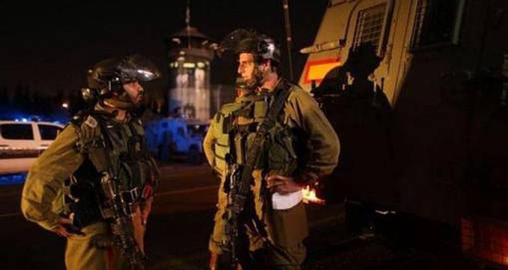 قوات الاحتلال تطلق قنابل الغاز تجاه المنازل جنوب مدينة الخليل