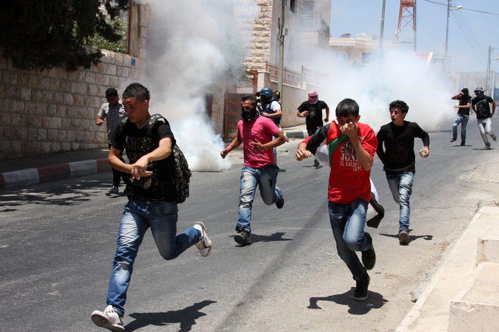 قوات الاحتلال تستهدف المتظاهرين بقنابل الغاز في تقوع جنوب شرق بيت لحم